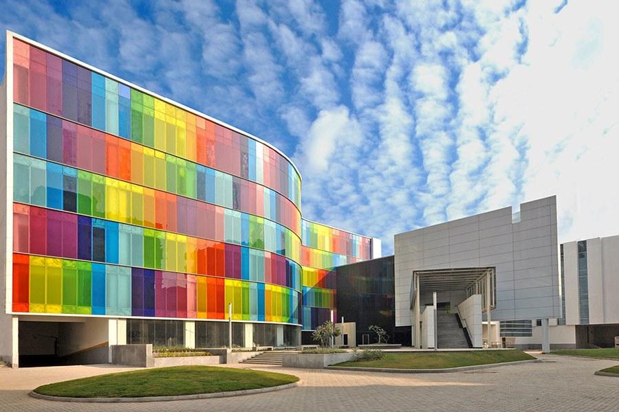 fachada de vidrio de la escuela de negocios en el instituto de gestin de calcuta
